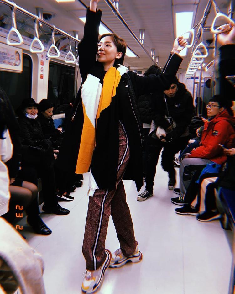 Dù không hoạt động trong lĩnh vực thời trang nhưng Tóc Tiên luôn là một trong nhưng sao Việt bắt trend khá tốt. Trong chuyến du lịch ở nước ngoài mới đây, ca sĩ chọn phối trang phục cùng đôi giày đế thô này.