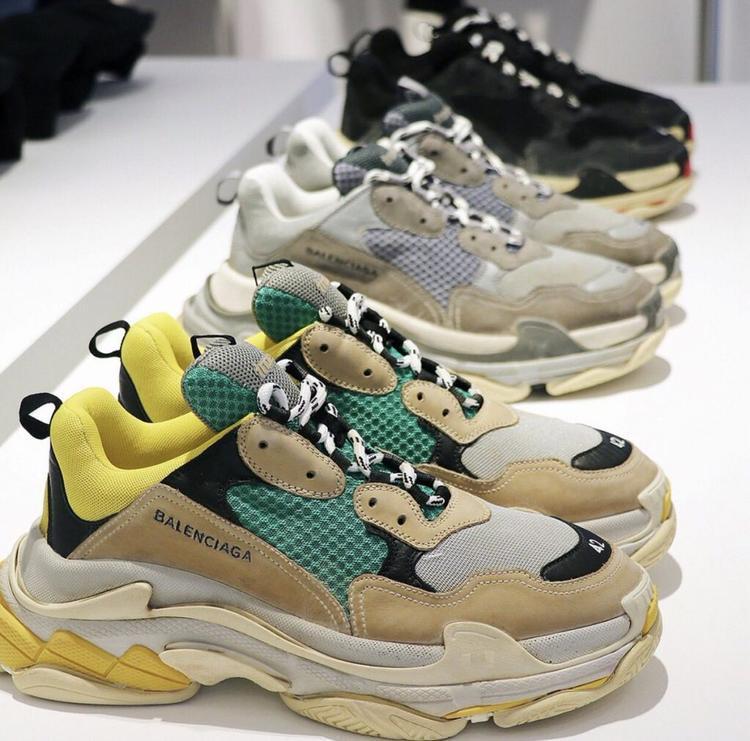 """Những đôi giày này được các tờ tạp chí thời trang gọi là kiểu giày… """"daddy cool"""". Bởi so với giới trẻ hiện nay, thì những đôi giày này đã thuộc về thế hệ cha chú hay gọi một cách dí dỏm hơn là """"giày ông già"""". Tuy nhiên, ở thời điểm hiện tại những đôi giày này đang trở thành xu hướng thời trang được các fashionista cũng như các ngôi sao quốc tế và trong nước ưa chuộng."""