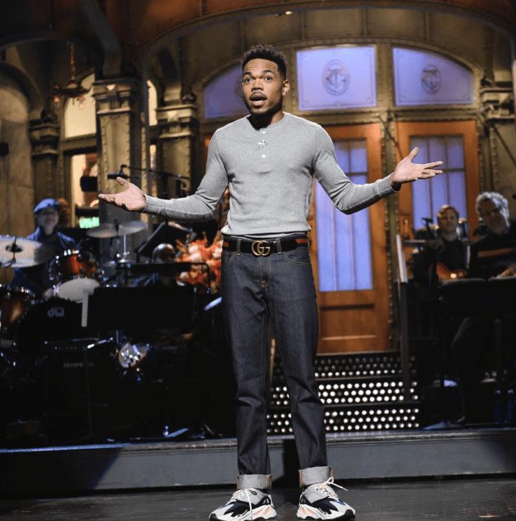 Thiết kế Yeezy Runner dường như được rất nhiều ngôi sao yêu thích và diện trong mọi hoàn cảnh như Chance The Rapper trong chương trình truyền hình SNL.