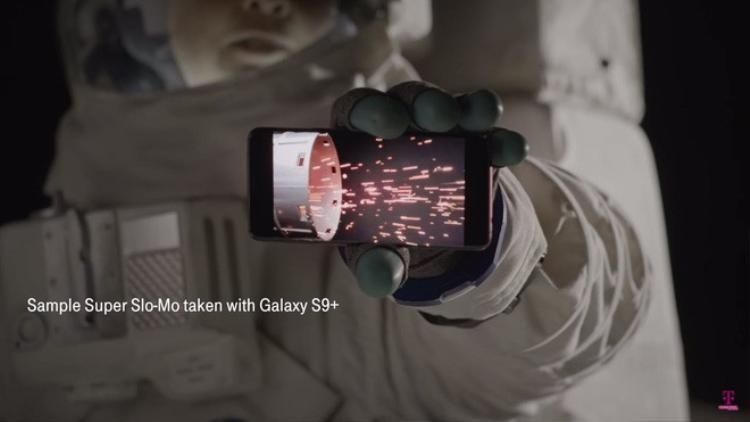 Chán Trái đất, có người vừa mang Samsung Galaxy S9 và S9+ lên Mặt trăng đập hộp