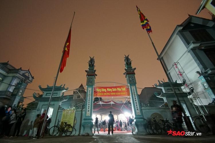 """Tối 26/2 (ngày 11 tháng Giêng âm lịch), người dân làngAn Định (xã Yên Nghĩa, quận Hà Đông, Hà Nội) đã tổ chứclễ hội """"Xin lửa""""đầu năm."""