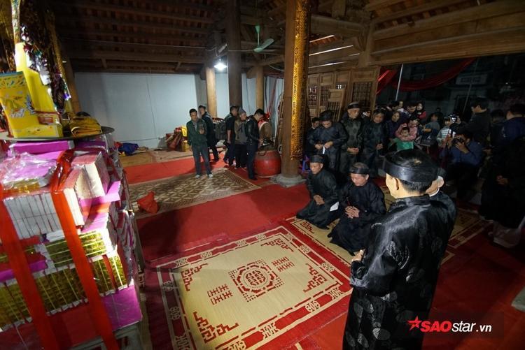 Đúng 21h, chủ tế lễ bước vào bên trong hậu cung của đình để lấy lửa và mang ra trong sự chờ đợi hào hứng của dân làng.