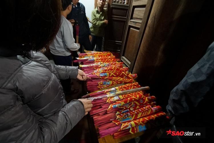 Những ngọn lửa này sẽ được xin bằng que hương và thắp trên bàn thờ gia tiên của mỗi gia đình.