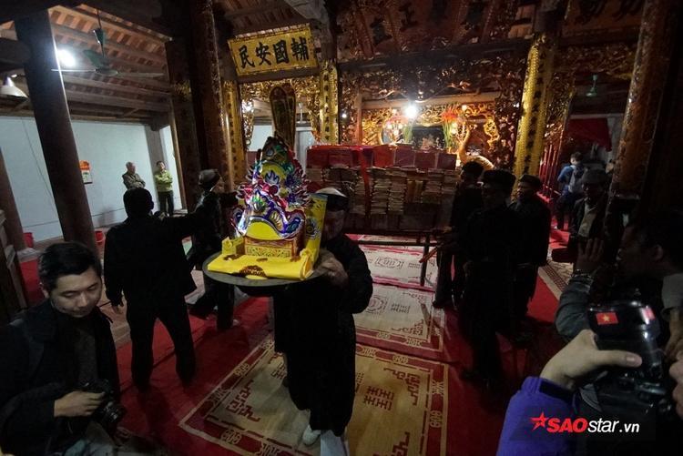 Tuy nhiên, đến ngày cuối cùng các bậc cao niên trong làng sẽ mang đồ vàng mã của người dân ra sân đình làm lễ hóa. Còn lại nến, hương sẽ phát cho người dân làm vật lấy lửa mang về nhà.