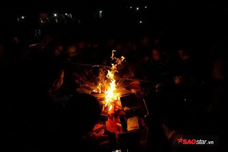 Đống lửa đỏ rực, ấm nóng trong đêm tối ngày Hà Nội lạnh se sắt.