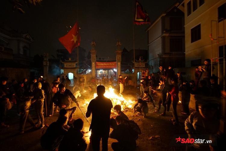 Họ tụ tập, vây quanh chỗ đốt vàng mã để xin lửa.