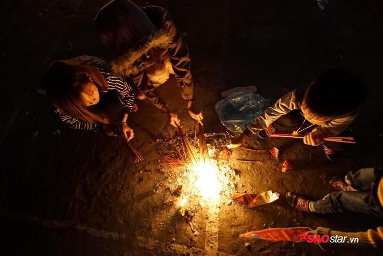 Người dân dùng hương đễ xin lửa.