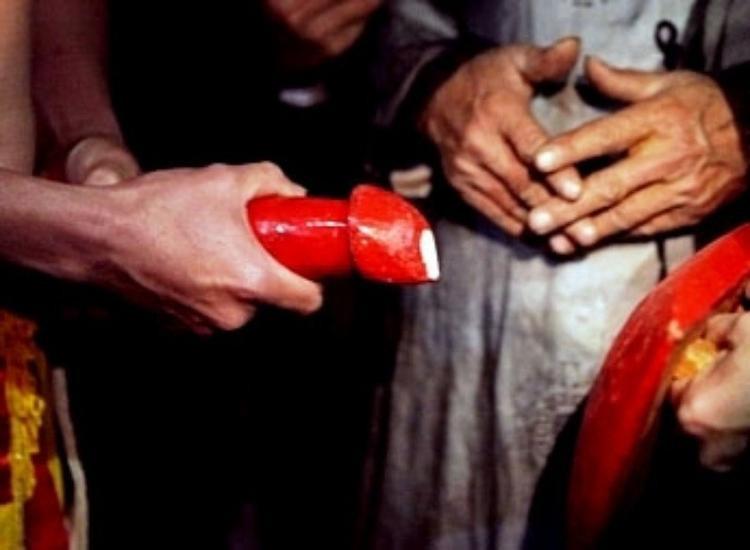 """Đúng 0h, sau tiếng hô """"Linh tinh tình phộc"""" của ông chủ tế, vợ chồng anh Chiến đã hoàn thành nghi thức trong đêm tối. Trong nghi lễ Mật, người con trai cầm nõ (tượng trưng cho bộ phận sinh dục nam, bằng gỗ, to bằng cái dùi, sơn màu đỏ đâm thẳng vào cái nường (tượng trưng cho bộ phận sinh dục nữ, cũng bằng gỗ, sơn đỏ).Với người dân nơi đây, nghi lễ Linh tinh tình phộc thường được trêu đùa là trò người lớn."""