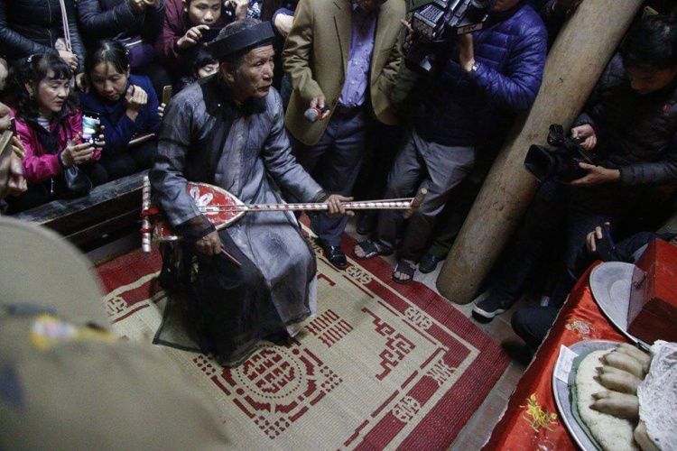 """Gần 12h đêm, chủ từ Nguyễn Thành Ngữ (80 tuổi) làm lễ tế, bắt đầu buổi """"lễ Mật""""."""