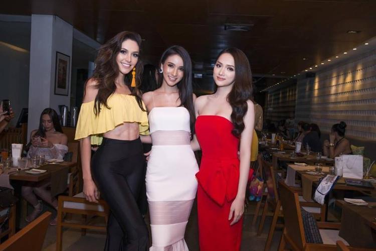 """Trong đêm tiệc họp mặt các thí sinh, đại diện Việt Nam đã có màn """"so kè"""" nhan sắc trước hai đối thủ được cho là mạnh nhất năm nay: Brazil và Thái Lan."""