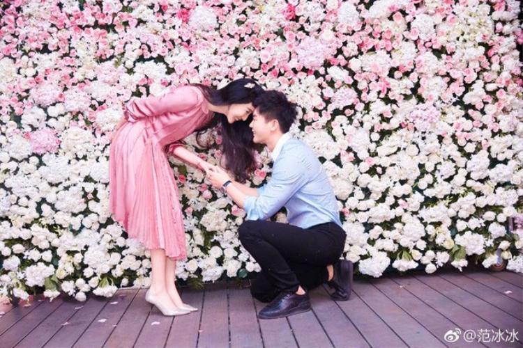 Lý Thần đã chính thức cầu hôn bạn gái trước sự chứng kiến của gia đình và được cô đồng ý mới đây.