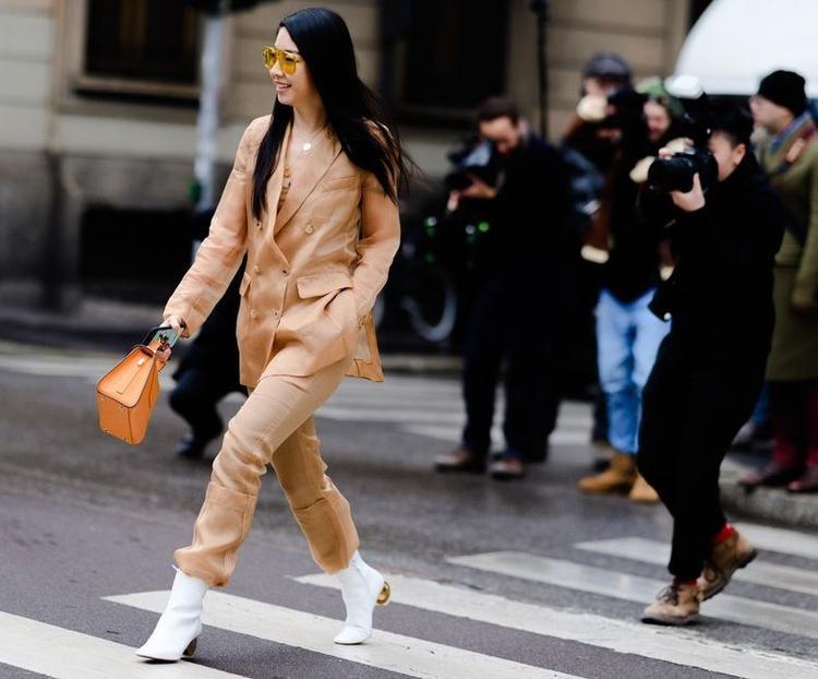 Có thể thấy, một phần nhờ diện trang phục đơn sắc với sự mix-match khéo léo các phụ kiện mà cô nàng này thu hút bao ống kính hướng về phía mình.