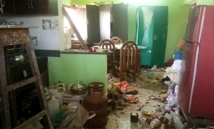 Sức công phá của quả bom khiến nhiều mảng tường trong nhà vỡ tung. Ảnh: SWNS.com