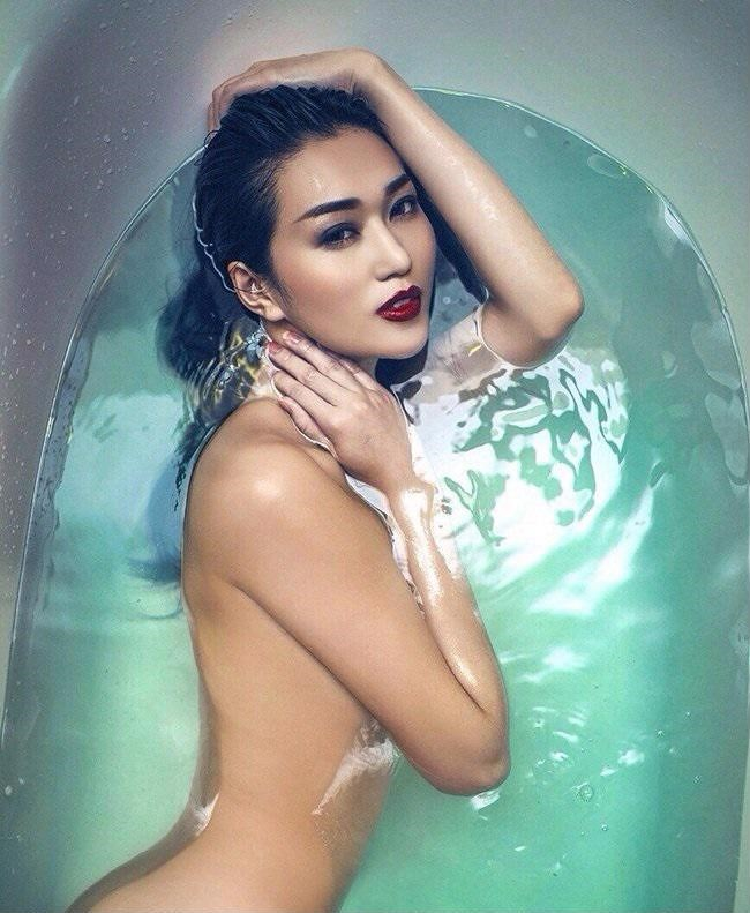 Sở hữu thân hình gợi cảm và cân đối, Khánh My không ngần ngại khoe trọn cơ thể dưới làn nước trong. Đường cong chữ S quyến rũ của nữ người mẫu khiến bao cô gái phải mơ ước.