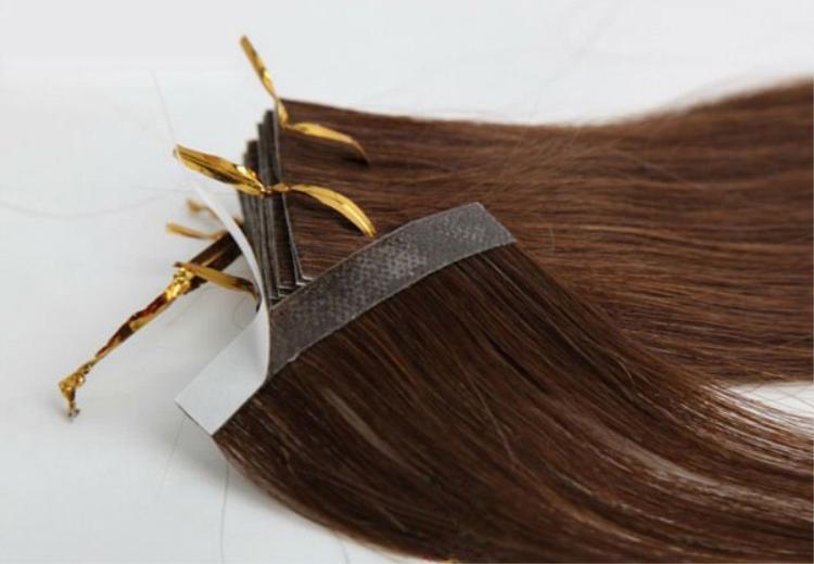 Đây là phương pháp nối ít tốn thời gian nhất, chỉ tầm 1 tiếng đồng hồ là bạn đã có một mái tóc dài, đẹp đúng chuẩn. Phần tóc nối đã được dệt sẵn vào miếng dán, chỉ cần dùng keo dán lên, lúc muốn tháo ra chỉ việc ra ngoài salon xịt nước để rã keo, cực kỳ tiện lợi.