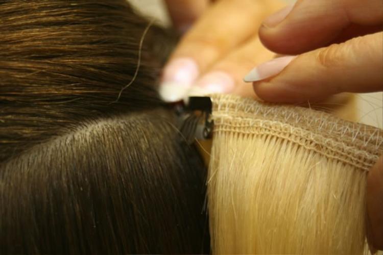 Tuy nhiên,cách làm này có một bất lợi là chỉ để được khoảng 1 tháng là tóc sẽ tuột vì hết chất dính ở miếng dán. Nếu muốn tiếp tục sử dụng phải ra salon để làm keo lại, tuy nhiên cũng sẽ không còn đẹp như ban đầu.