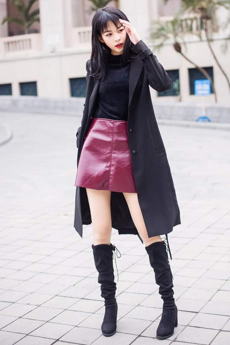 Quả thật, với mái tóc dài đen mượt thế này, dù theo phong cách nào, Phí Phương Anh cũng vô cùng cá tính, xinh đẹp.