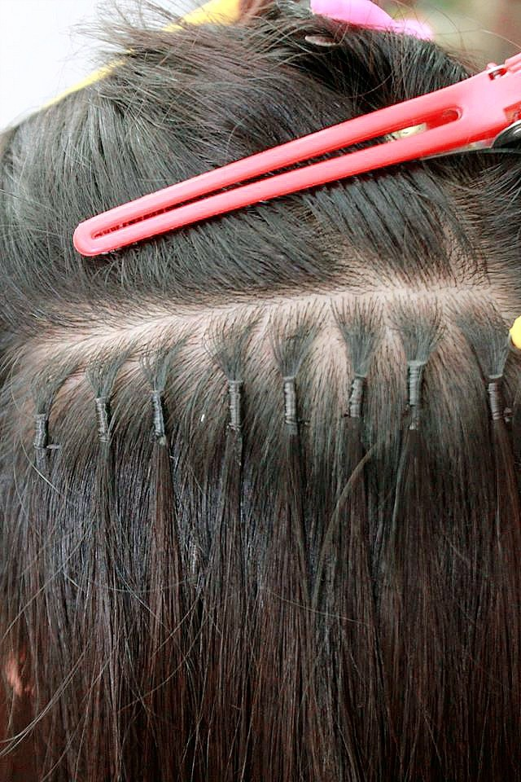 Tuy nhiên, khuyết điểm của cách làm này là khá tốn thời gian, tầm 4 -5 tiếng cũng như quá trình nối phải giật tóc, khá đau. Ngoài ra, cần tìm salon uy tín để nối được mối nối nhỏ, nhẹ, không nặng đầu.