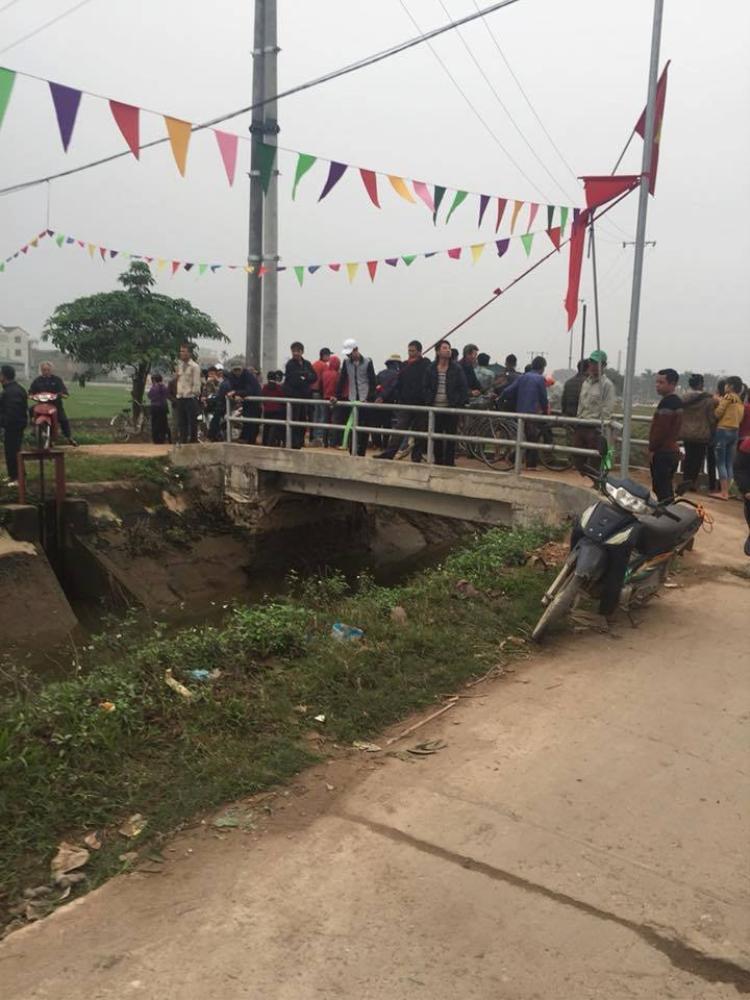 Rất đông người dân có mặt tại khu vực nơi xảy ra sự việc.