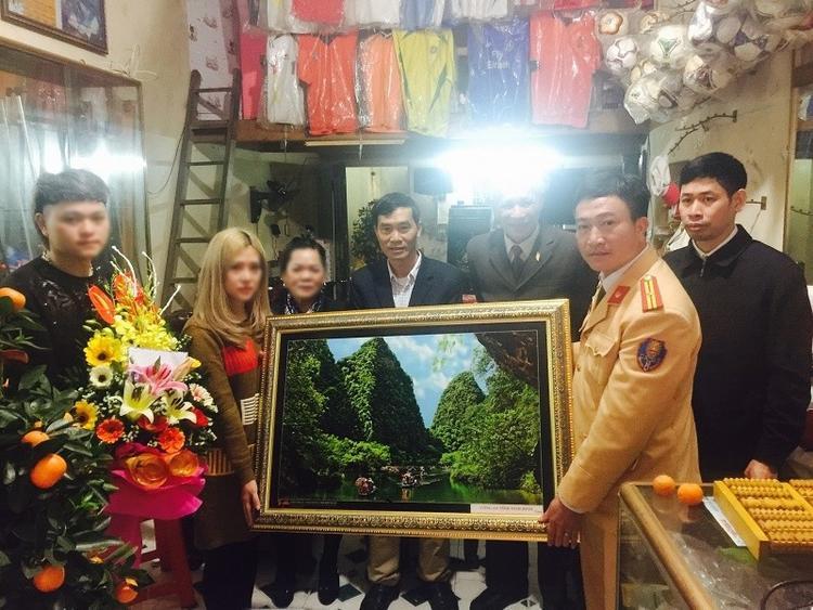 Công an về tận nhà riêng ở Nam Định tặng quà cho người quay clip đôi nam nữ đánh võng, vu vạ CSGT. Ảnh Công an Ninh Bình.