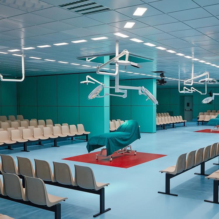 Sàn runway của Gucci mô phỏng một phòng phẫu thuật.