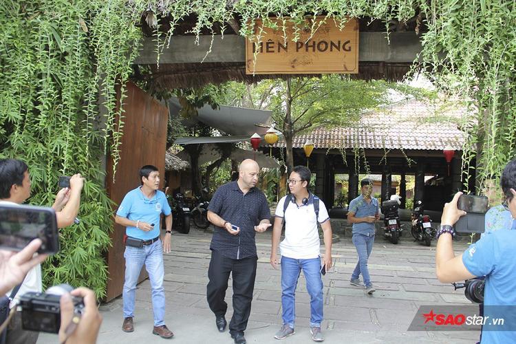 Flores (áo đen) đến võ đường Liên Phong tìm Johnny Trí Nguyễn chiều ngày 28/2 nhưng nam diễn viên không ra tiếp.