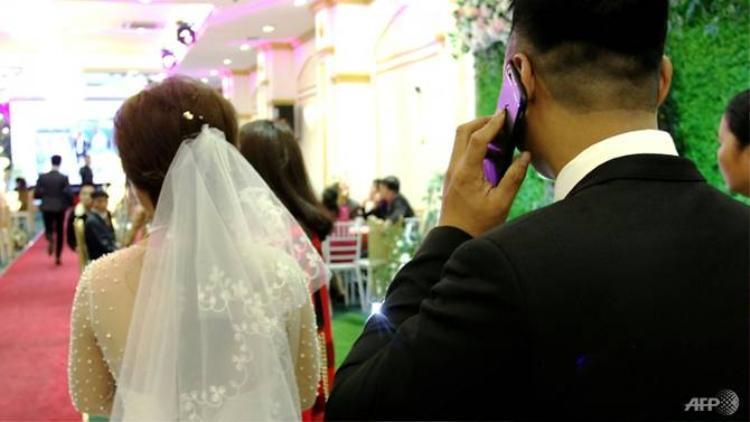 Nhiều cặp đôi chọn chi tiền để thuê cha mẹ, họ hàng và quan khách giả. Ảnh: AFP