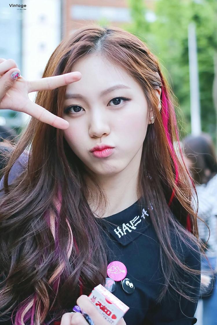 Đôi mắt to tròn hiếm thấy giúp Eunbin nổi bật trong cuộc đua của Produce 101.