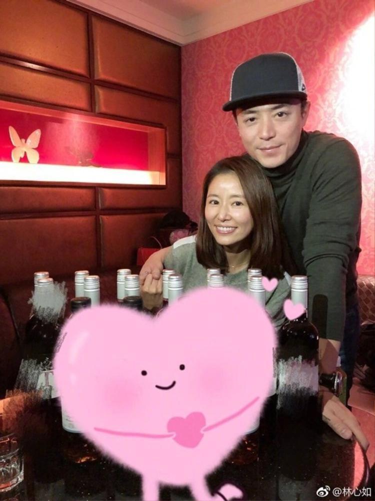 Lâm Tâm Như cùng chồng hạnh phúc trong sinh nhật lần thứ 42 của cô. Tuy trải qua nhiều sóng gió và ồn ào từ dư luận nhưng cặp đôi vẫn luôn nắm chặt tay bảo vệ gia đình nhỏ của mình.
