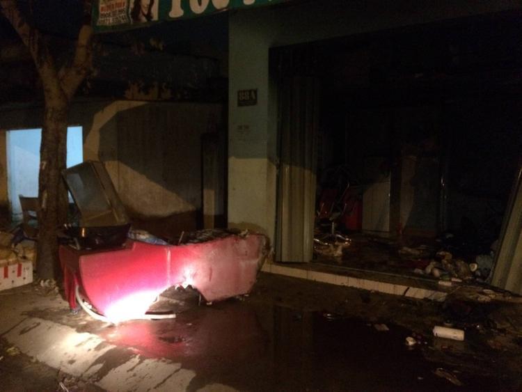 Nhiều tài sản bên trong căn nhà bị thiêu rụi.