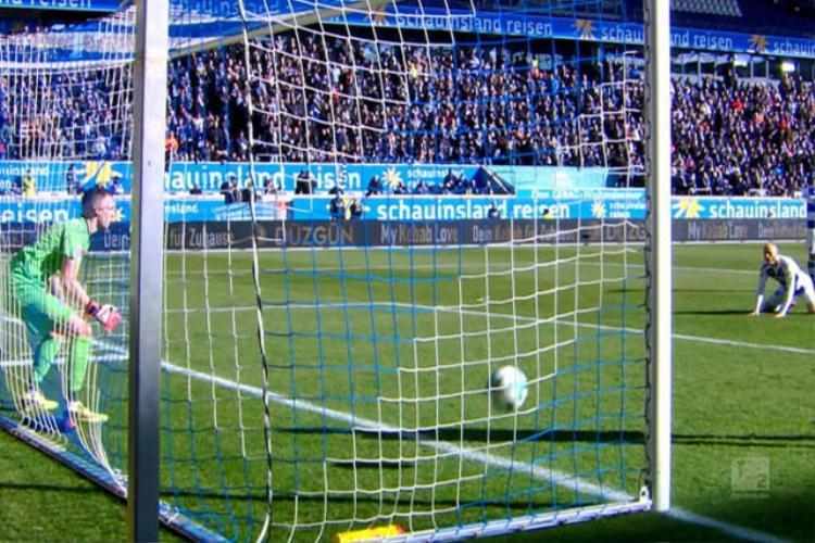 Đến khi quay lưng lại, Mark Flekken vẫn chưa kịp phát hiện ra bóng đã đi vào lưới.