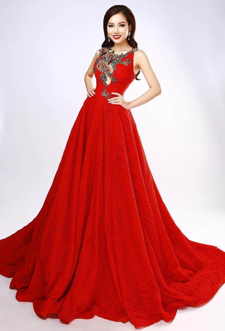 Trong bộ ảnh mới nhất, Hoàng Thu Thảo quyết định chọn những bộ váy đỏ rực rỡ của hai nhà thiết kể nổi tiếng làĐỗ Mạnh Cường và Lê Long Dũng.