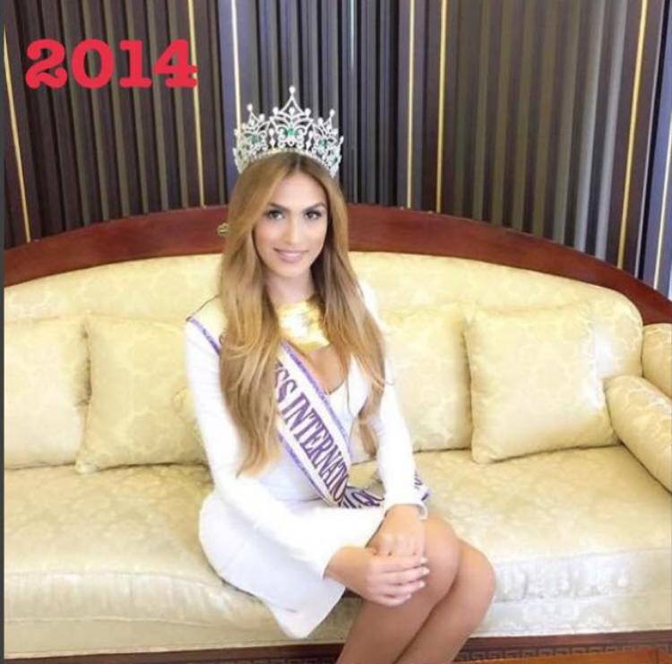 Năm 2014, vương miện Hoa hậu Chuyển giới Quốc tế thuộc về đại diện Venezuela - Isabella Santiago. Chiến thắng này chưa thực sự thuyết phục khi vẻ đẹp của cô còn khá nhiều nét nam tính.
