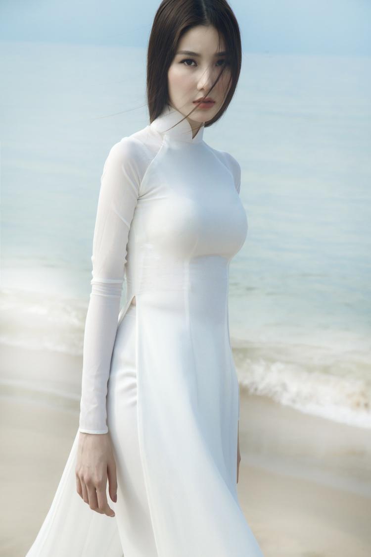 Nhiếp ảnh gia cũng sử dụng những bức ảnh cận để khắc hoạ câu chuyện về tà áo dài của Diễm My.