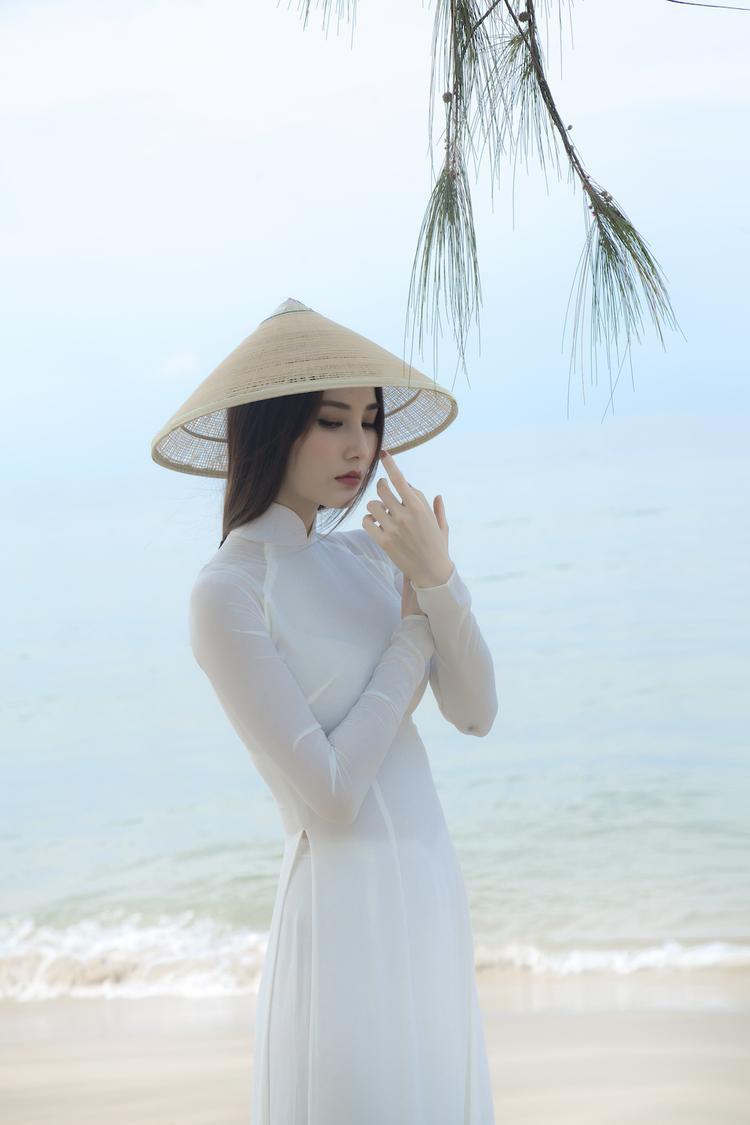 Người đẹp mong muốn thể hiện sắc nét nhất vẻ đẹp của tà áo trắng. Nền vải mềm mại ôm nhẹ vào vóc dáng mảnh dẻ của Diễm My. Gam trắng ngọc trai của tà lụa càng khiến những đường cong cơ thể mềm mại của nữ diễn viên thêm nổi bật.