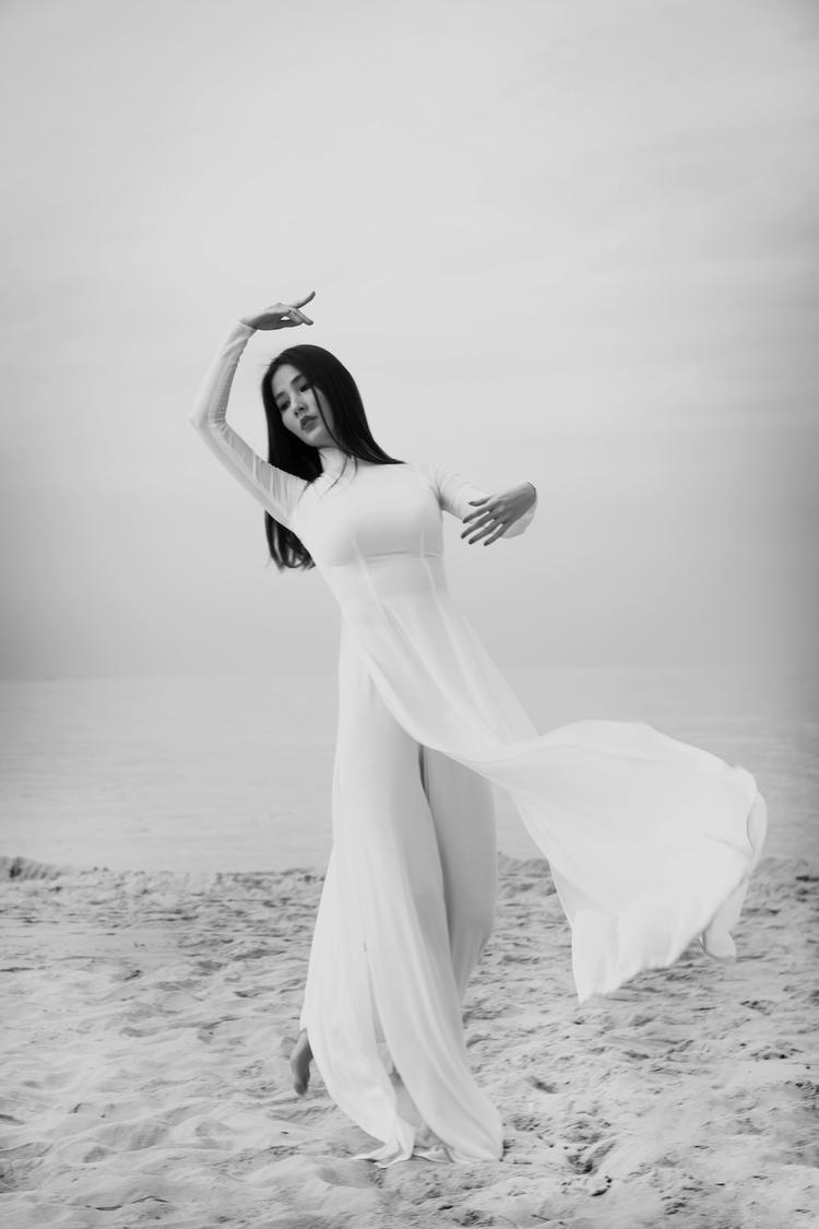 Ngôn ngữ cơ thể của cô uyển chuyển như một diễn viên múa, từ chuyển động của ngón tay đến thắt eo…
