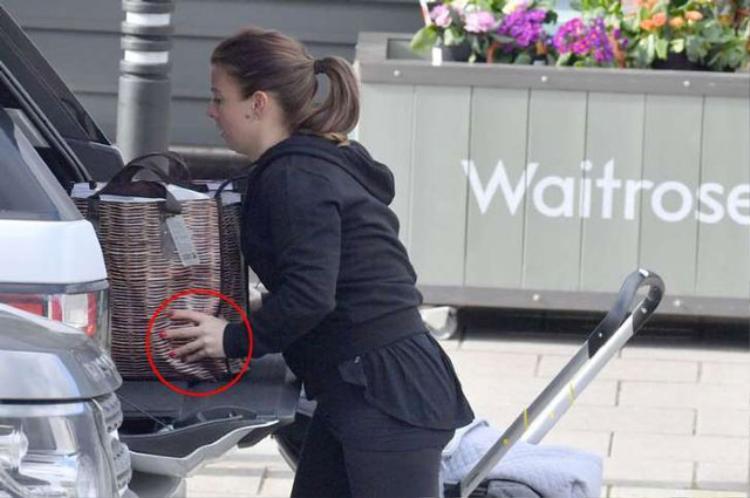 Bà xã Rooney không đeo nhẫn kết hôn.