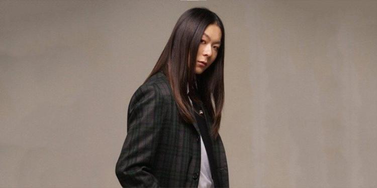 Cùng ngày, chàng trai tóc dài Jang Moon Bok cũng trở lại bằng mini album Peer.