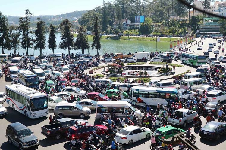 Tình trạng kẹt xe xuyên ngày đêm ở Đà Lat.