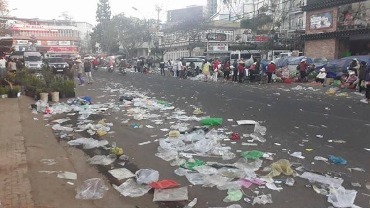 Khắp con đường kín rác thải.