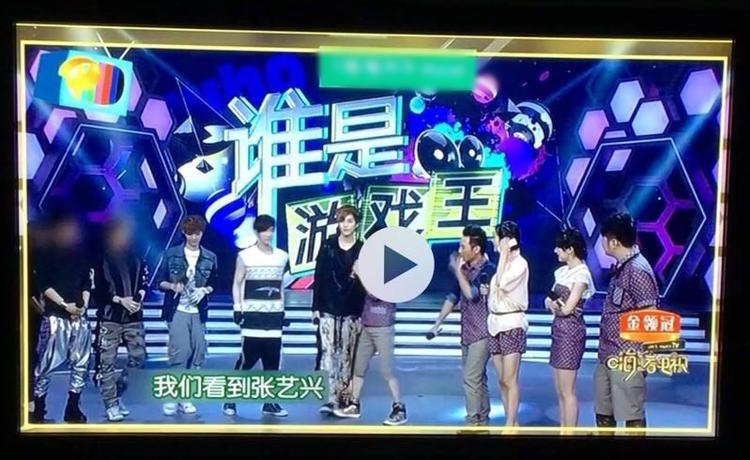 Không chỉ EXO, gần đây các fan còn phát hiện thành viên người Hàn của một nhóm nhạc xuất hiện trên truyền hình Trung Quốc bị che mặt thế này.