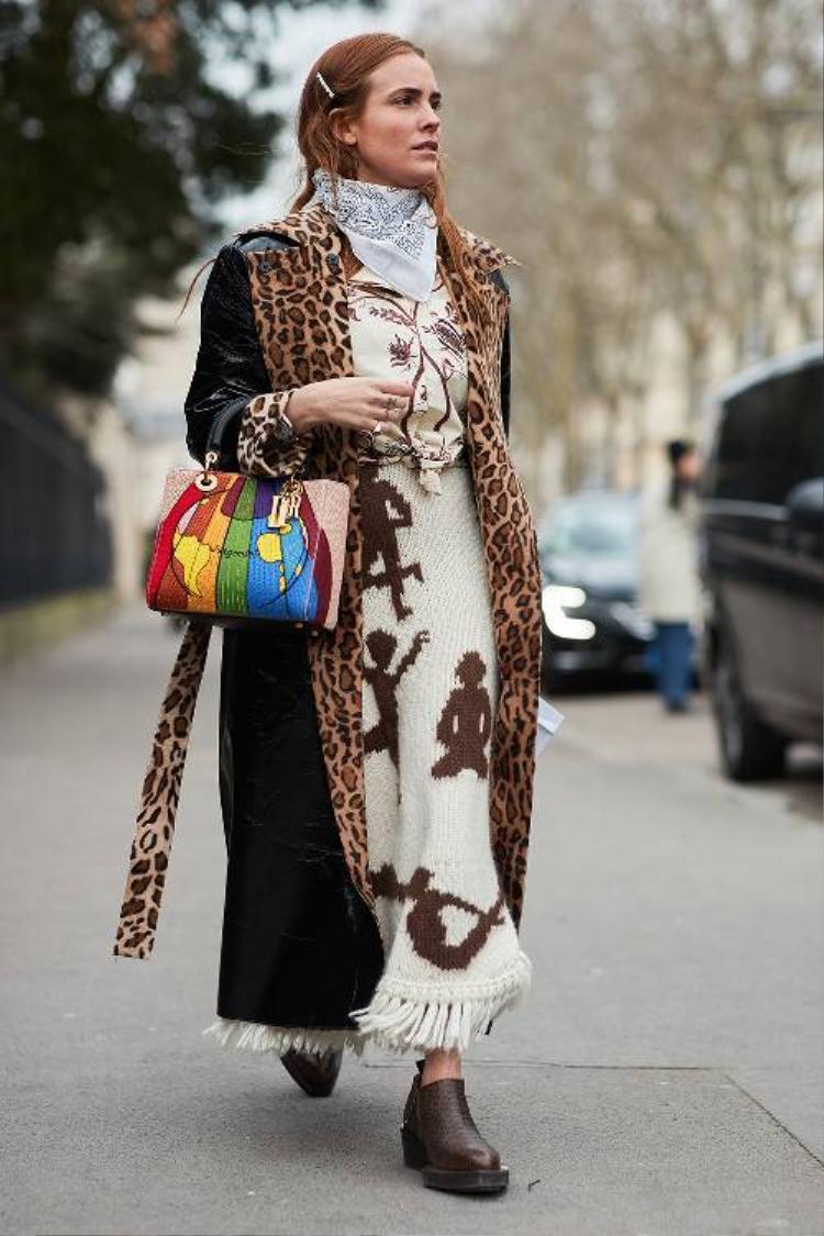 Ngoài váy xếp pli, váy dài với chất liệu len, dệt thoi cũng được ưa chuộng trong thời tiết lạnh giá của Paris.
