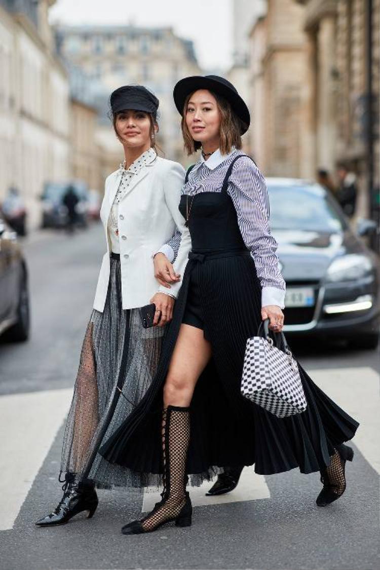 Váy xếp pli cũng là items được hai cô gái này ưa thích. Lợi dụng sự dày, mỏng khác nhau của chất liệu, cả hai đã phối cách khéo léo để có được bộ cánh cá tính cho riêng mình.