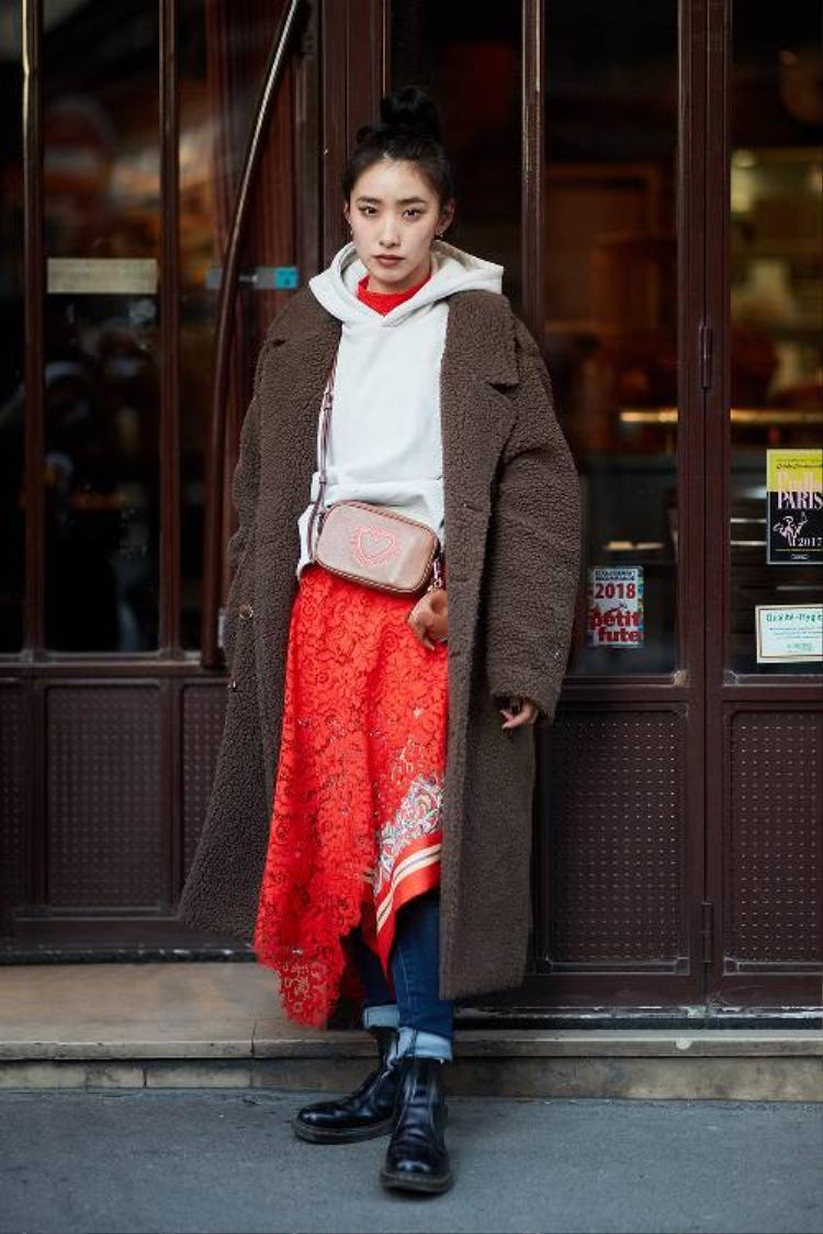 Được biết, thời tiết tại Paris đang khá lạnh, đây là điều kiện thuận lợi để các tín đồ thời trang diện những kiểu áo măng tô, áo khoác dáng dài xuống phố.