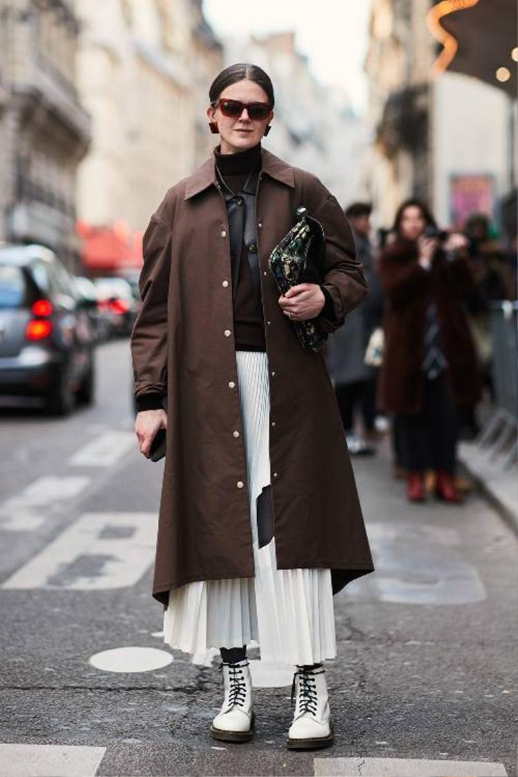 Tông màu trung tính, đơn sắc là một lựa chọn tuy đơn giản nhưng vẫn đủ đảm bảo sự nổi bật cho người mặc.