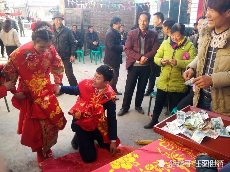 Đám cưới của chú rể Nguyên Nguyên có đến hơn 100 người thân và trưởng bối. Đôi vợ chồng đã phải quỳ lạy, khấu đầu hơn 200 lần.