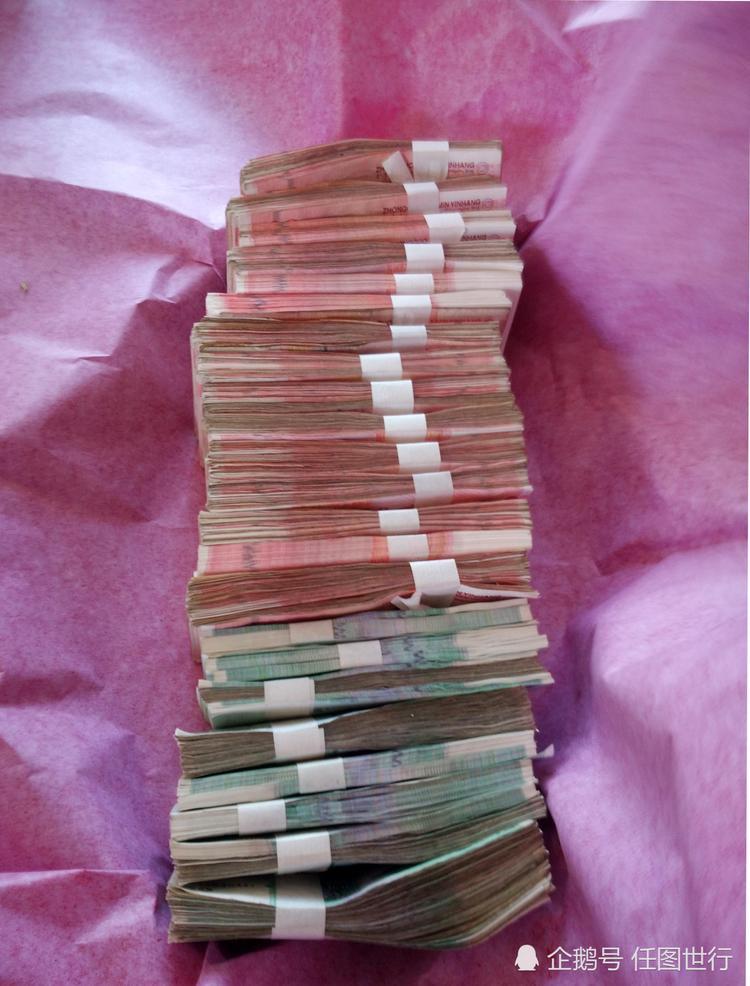 Sau khi hôn lễ kết thúc, số tiền mà cặp đôi nhận được là 8.000 NDT (gần 30 triệu đồng). Số tiền này tất cả đều dành cho cô dâu. Điều này tượng trưng cho việc cô dâu là người nắm giữ hòm chìa khóa trong gia đình.