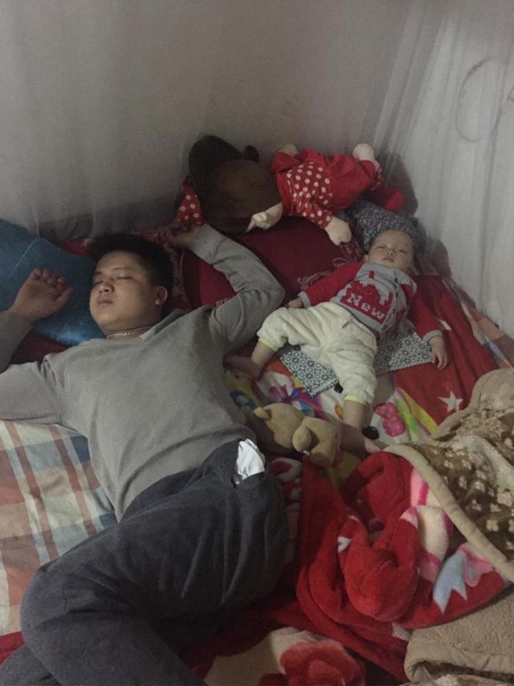 Khoảnh khắc của thiên thần nhỏ đang say giấc, dang tay, dang chân chiếm trọn chiếc giường để ngủ cùng bố.