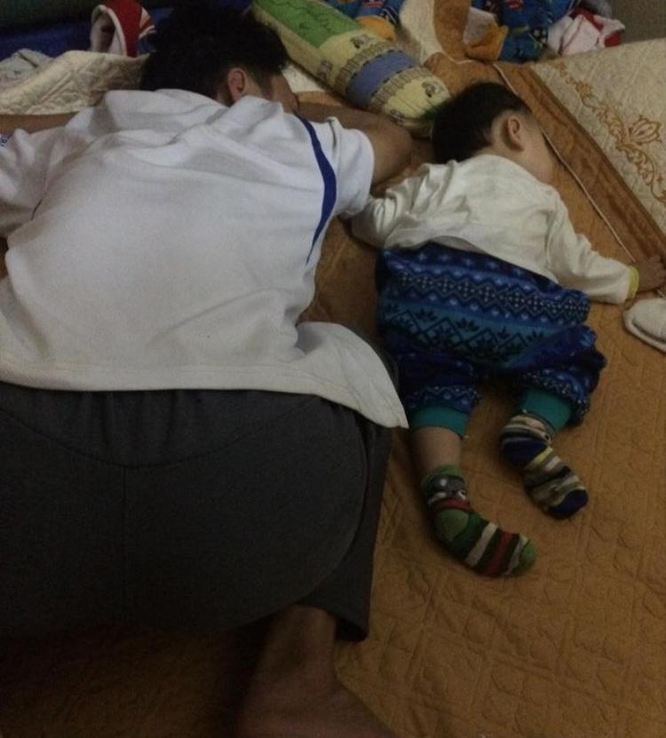 Các mẹ bỉm sữa thi nhau khoe ảnh con giống bố. Trong ảnh, 2 cha con khi ngủ cũng phải tạo dáng kiểu ếch nằm.