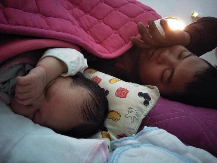 Dáng ngủ trong vô thức cũng hệt nhau. Mới bé tí mà cũng vắt tay lên trán ngủ, đáng yêu hết nấc!